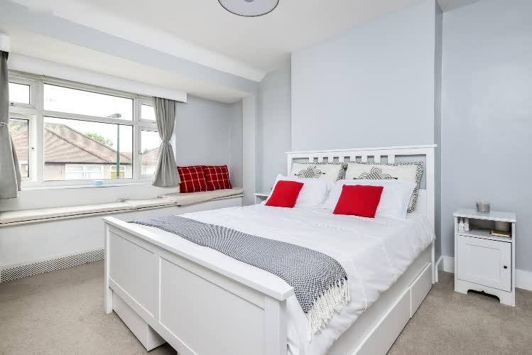 1586261529011-bedroom-flat-langa-tren-in-se-londra-bills-included.jpg